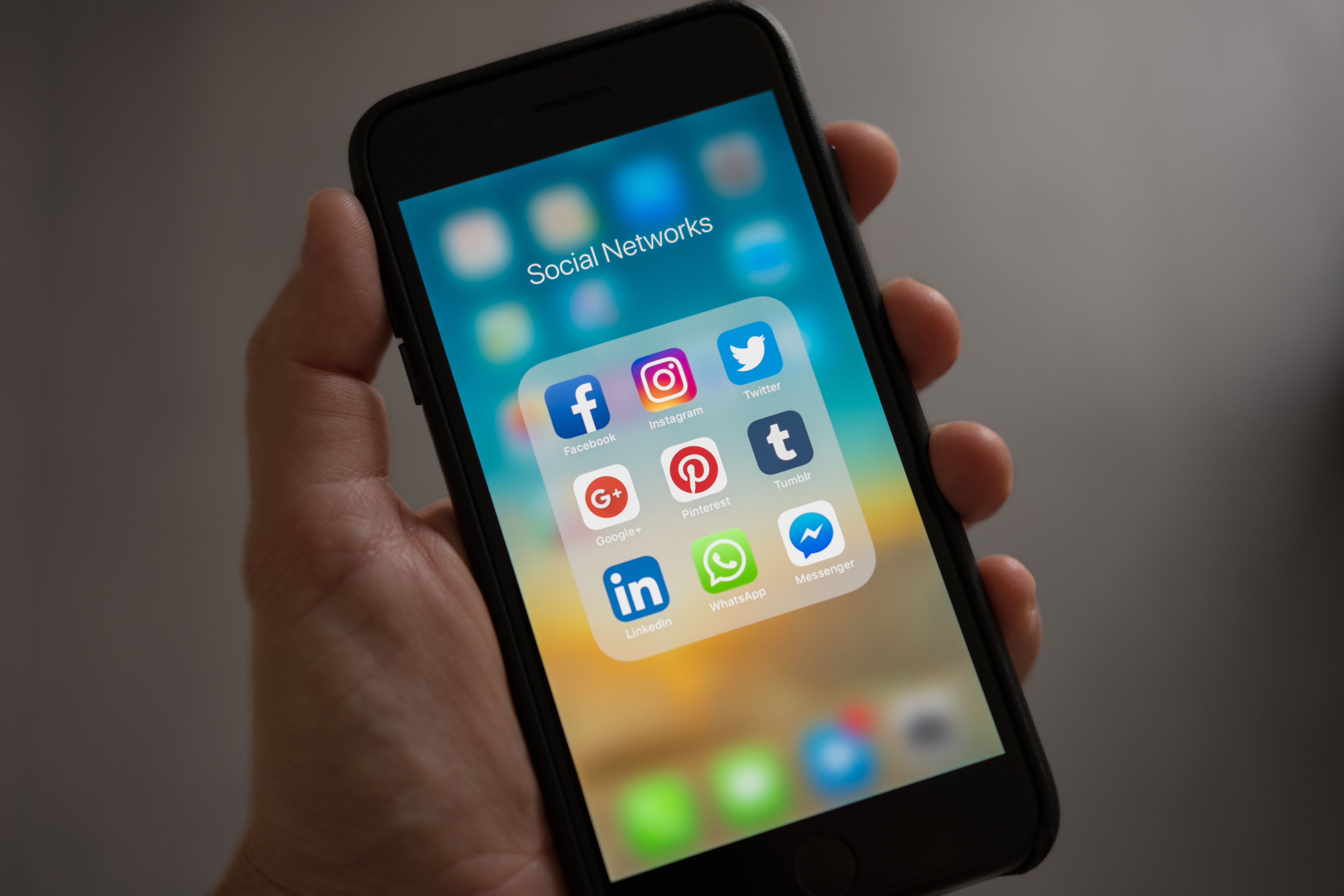 how to nurture leads with social media